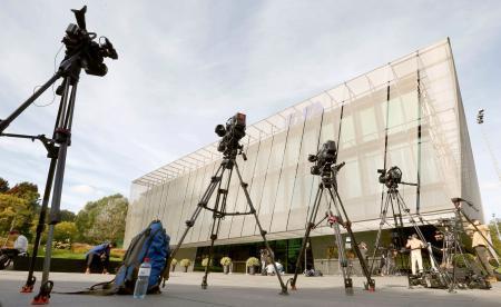 報道陣のカメラが並ぶFIFA本部前=25日、チューリヒ(ロイター=共同)
