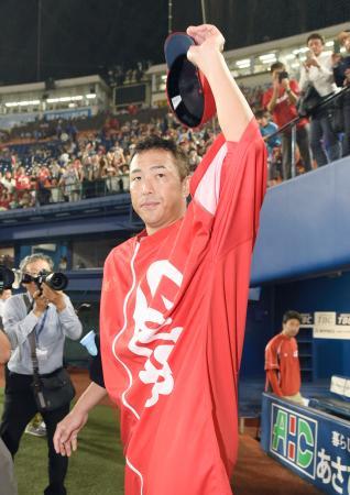10勝目を挙げ、観客の声援に応える広島・黒田=横浜