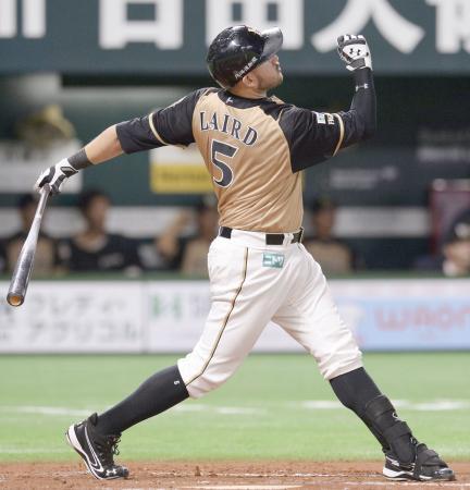 8回日本ハム2死、レアードが左越えに逆転満塁本塁打を放つ=ヤフオクドーム