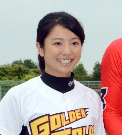社会人野球のクラブチーム、茨城ゴールデンゴールズを率いる片岡安祐美監督。タレントとしても多彩な活動をする女性だが、野球に対する旺盛な情熱と知識でチームの柱となっている(2015年6月9日、共同)