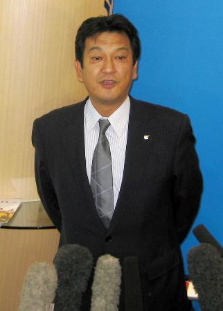 日本野球機構を訪れ、入札制度の新制度を2年間限定で受諾することを表明する日本プロ野球選手会の松原徹事務局長=2013年11月14日、東京・内幸町