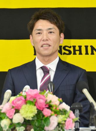 今季限りでの現役引退を表明する阪神の渡辺亮投手=1日、兵庫県西宮市の球団事務所