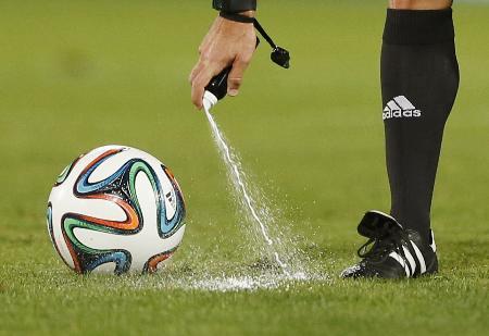 サッカーのクラブW杯で使用された「消えるスプレー」=2013年12月、モロッコ・マラケシュ(AP=共同)