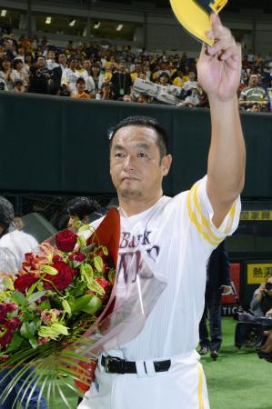 シーズン本拠地最終戦に出場後、ファンに手を振るソフトバンク・松中=ヤフオクドーム