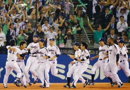 14年ぶりのセ・リーグ優勝を決め、抱き合って喜ぶヤクルトナイン=2日、神宮球場