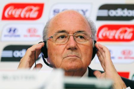 報道対応するFIFAのブラッター会長=2013年7月、リオデジャネイロ(ロイター=共同)