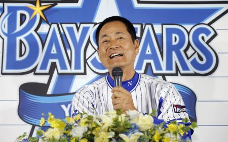 記者会見で、今季限りでの辞任を表明したDeNAの中畑監督=3日、横浜スタジアム
