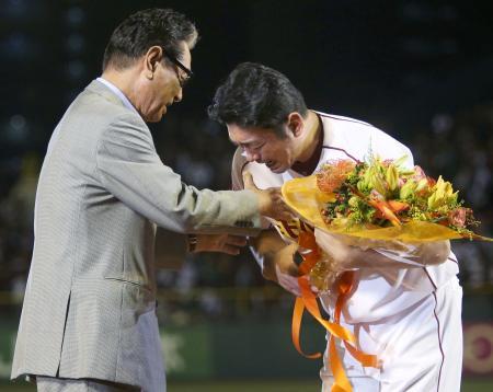 引退セレモニーで星野球団副会長(左)からねぎらいを受け、感極まる楽天・斎藤=コボスタ宮城