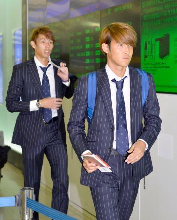 サッカーW杯アジア2次予選のシリア戦のため、オマーンへ出発する日本代表の宇佐美(手前)と東口=4日夜、関西空港