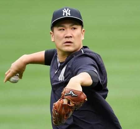 プレーオフ初登板に向け、キャッチボールで調整するヤンキース・田中=ボルティモア(共同)