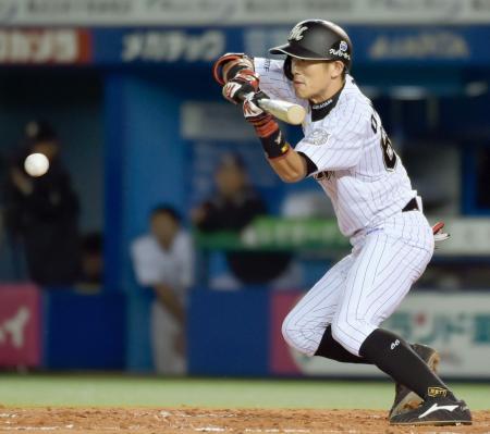 8回ロッテ1死三塁、岡田が勝ち越しの一塁バント安打を決める=QVC