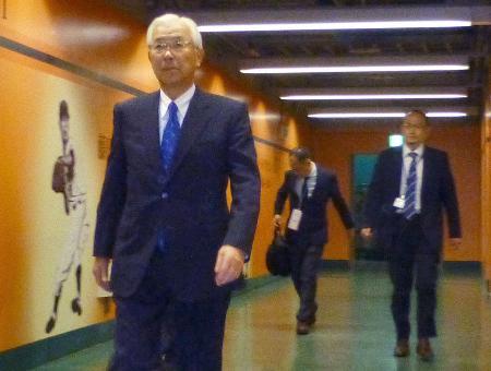 野球賭博問題を選手に説明するため、東京ドームを訪れた巨人の白石興二郎オーナー(左)=6日午後