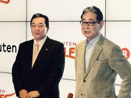 楽天の監督就任が承認され、取材に応じる梨田昌孝氏(左)。右は星野仙一球団副会長=6日、東京都内の楽天本社