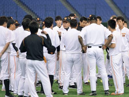 東京ドームで行われた練習で選手に話をする巨人・原監督(中央)=6日