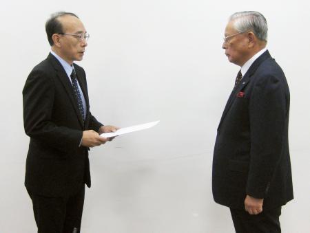 熊崎勝彦コミッショナー(右)に告発書を手渡す巨人の山岸均取締役=7日午後、東京都港区