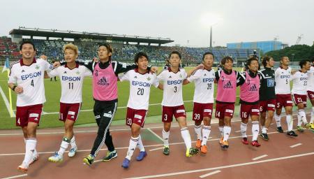 湘南に競り勝ち、喜ぶ松本イレブン=BMWスタジアム