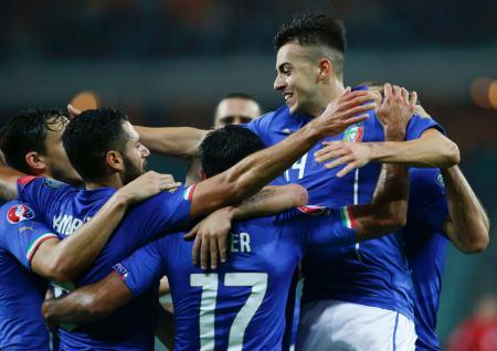 アゼルバイジャン戦でゴールを決め喜ぶイタリア・エルシャーラウィ(右)とメンバーたち=10日、バクー(ロイター=共同)
