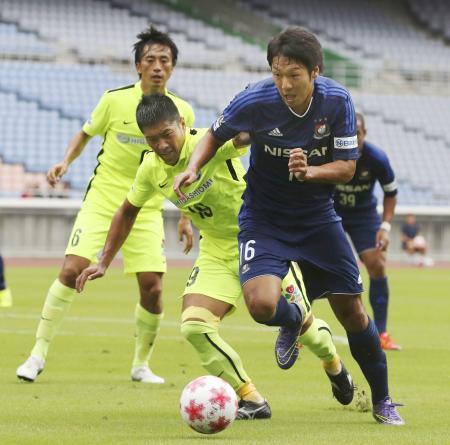 横浜M―MIOびわこ滋賀 後半、MIOびわこ滋賀・大杉(左)と競り合いながら攻め込む横浜M・伊藤=日産スタジアム