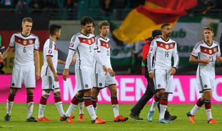 ジョージア(グルジア)に勝利し、ピッチを引き揚げるドイツの選手たち=11日、ライプチヒ(ロイター=共同)