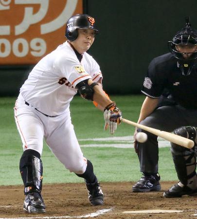 6回巨人1死一、三塁、阿部が右前に適時打を放つ=東京ドーム
