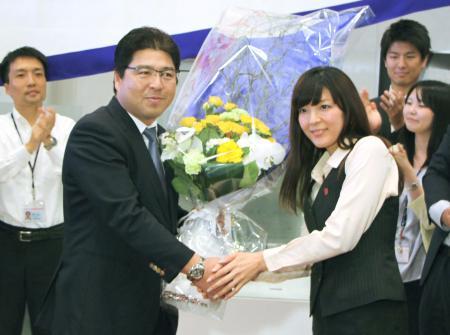 オーナー報告後、社員から花束を贈呈されるヤクルトの真中監督=13日、東京都港区