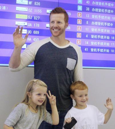 米国への帰国を前に、子どもたちとポーズをとる阪神のマートン=13日、関西空港