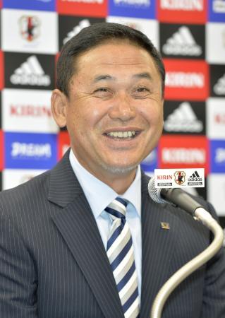 笑顔で記者会見するサッカー女子日本代表の佐々木則夫監督=14日、東京都文京区