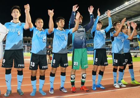 京都に快勝し、サポーターの声援に応える大久保(左から2人目)ら川崎イレブン=等々力