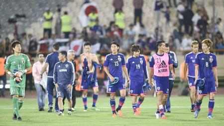 イランと引き分け、肩を落として引き揚げる原口(右端)ら日本イレブン=テヘラン(共同)