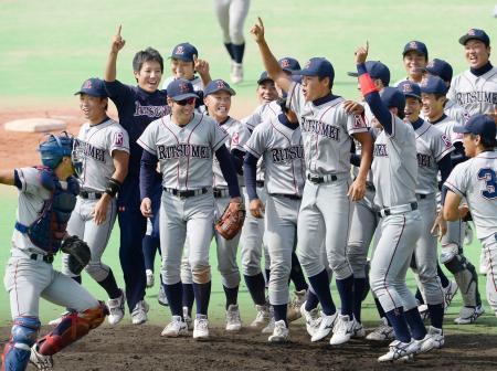 関西学生野球リーグで2季連続優勝を果たし、喜ぶ立命大ナイン=大阪市南港中央