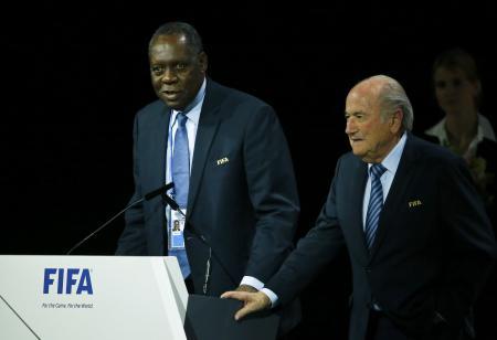 5月、国際サッカー連盟のブラッター会長(右)と総会に臨むハヤトウ副会長。会長代行に着任した(ロイター=共同)