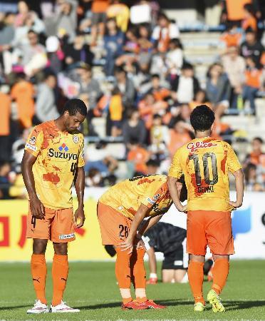 仙台に敗れ肩を落とす清水イレブン。この後、新潟が松本に勝ったため初のJ2降格が決まった=17日、静岡市のIAIスタジアム日本平