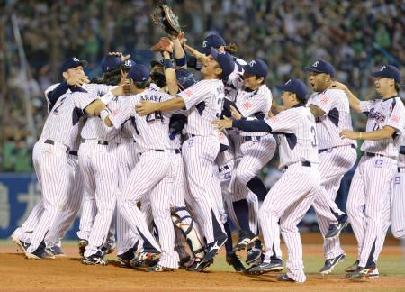 14年ぶりの日本シリーズ進出を決め、喜ぶヤクルトナイン=17日、神宮球場
