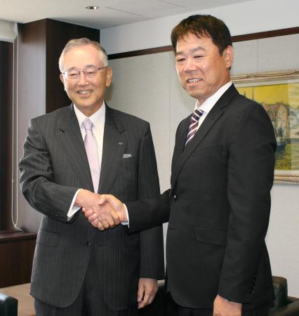 オリックス東京本社を訪れ、宮内義彦オーナー(左)と握手する福良淳一監督代行=19日、東京都港区