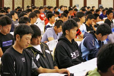 暴力団排除対策の講習会を受講するプロ野球選手たち=19日午後、宮崎市内のホテル
