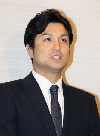 巨人の監督就任要請について記者の質問に答える高橋由伸打撃コーチ兼外野手=20日午後、東京都内のホテル