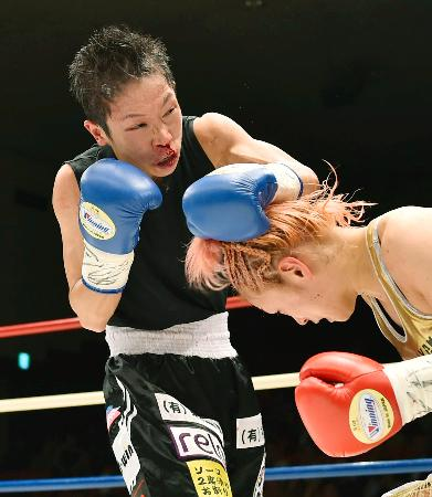 4回、宮尾綾香(右)を攻める小関桃=後楽園ホール