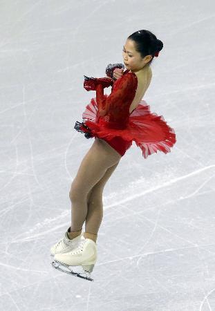 赤い衣装でスケートアメリカの前日練習に臨む宮原知子=ミルウォーキー(AP=共同)
