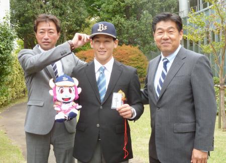 あいさつに訪れたオリックスの加藤康幸編成部長(右)らとポーズをとる青山学院大の吉田正尚外野手=23日、相模原市