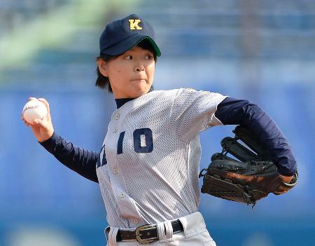 法大―明大の始球式をする慶大初の女性部員、川崎彩乃投手=神宮