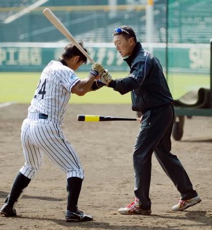秋季練習を視察し、原口(左)に打撃指導をする阪神の金本新監督=甲子園