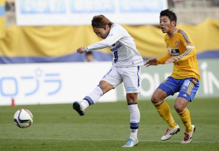 仙台―G大阪 前半、勝ち越しゴールを決めるG大阪・倉田。右は仙台・二見=ユアスタ