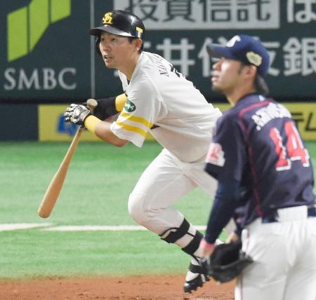 6回ソフトバンク1死、中村晃が右越えに本塁打を放つ。投手秋吉=ヤフオクドーム