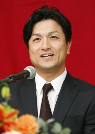 笑顔で就任の記者会見をするプロ野球巨人の高橋由伸新監督=26日午後、東京都内のホテル
