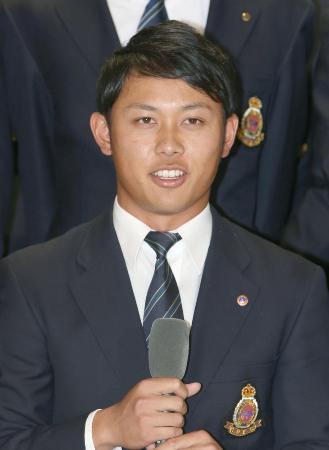 22日、阪神から1位指名され、記者会見する明大の高山俊外野手