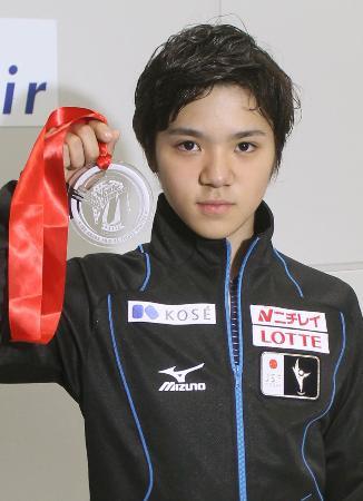 スケートアメリカで獲得したメダルを披露する宇野昌磨=27日、中部国際空港