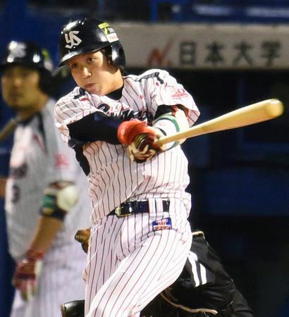 5回ヤクルト2死一塁、山田が3打席連続本塁打となる逆転2ランを左越えに放つ=神宮