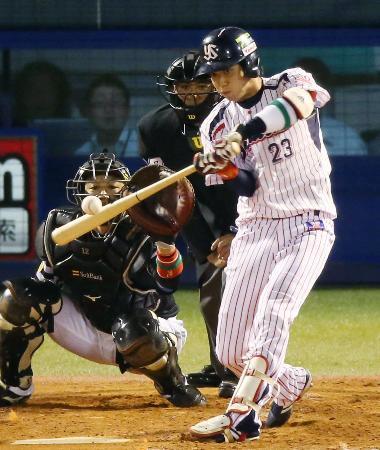 5回ヤクルト2死一塁、山田が3打席連続本塁打となる逆転2ランを左越えに放つ。捕手高谷=神宮