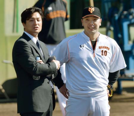 秋季練習で阿部(右)と話す巨人の高橋新監督=川崎市のジャイアンツ球場