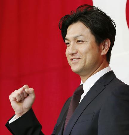 就任の記者会見でポーズをとる、巨人の高橋由伸新監督=26日午後、東京都内のホテル